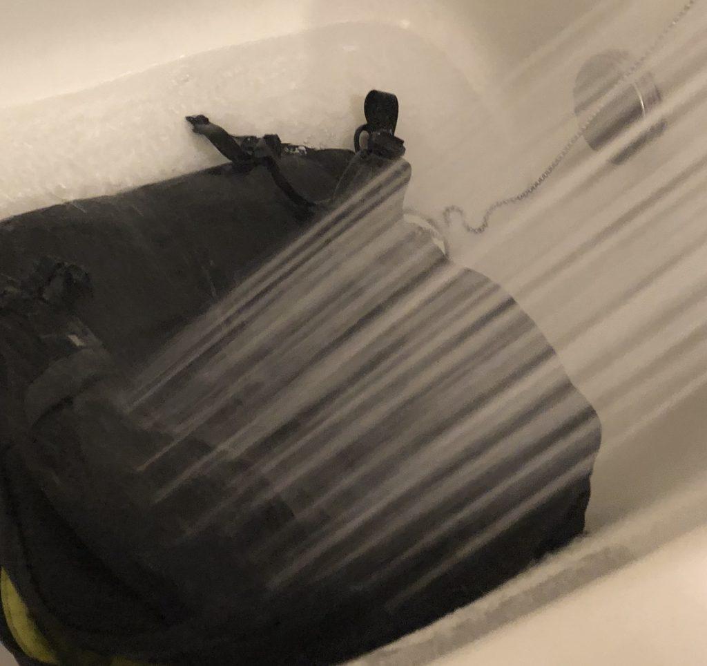 バックパックの背中当て部分を念入りに洗う