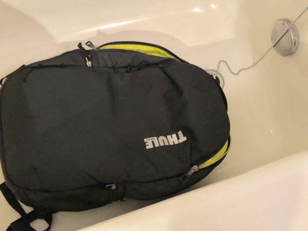 風呂桶にバックパックを入れて洗う