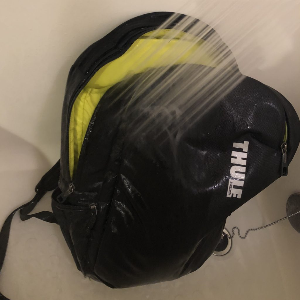 バックパックにシャワーで水をかける