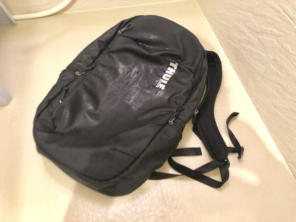洗い終わってぐっしょりとしたバックパック