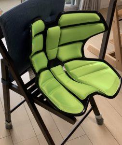 椅子の上に乗せる